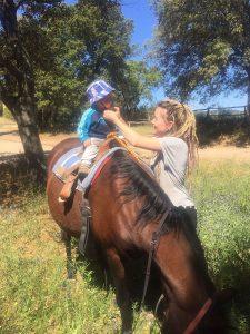 Kleine Kinder können auf Ponys reiten