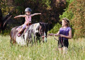 Für kleine Kinder können auf Ponys reiten